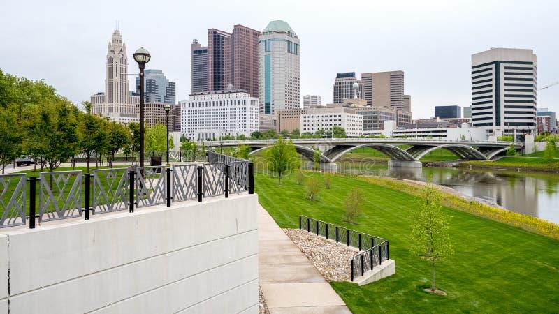 Igenkännlig horisont av Columbus Ohio och parkerar arkivfoto