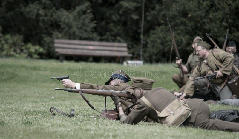 Ighting labourent le soldat dPolish d'extrémité furing la reconstitution historique de WWI image stock
