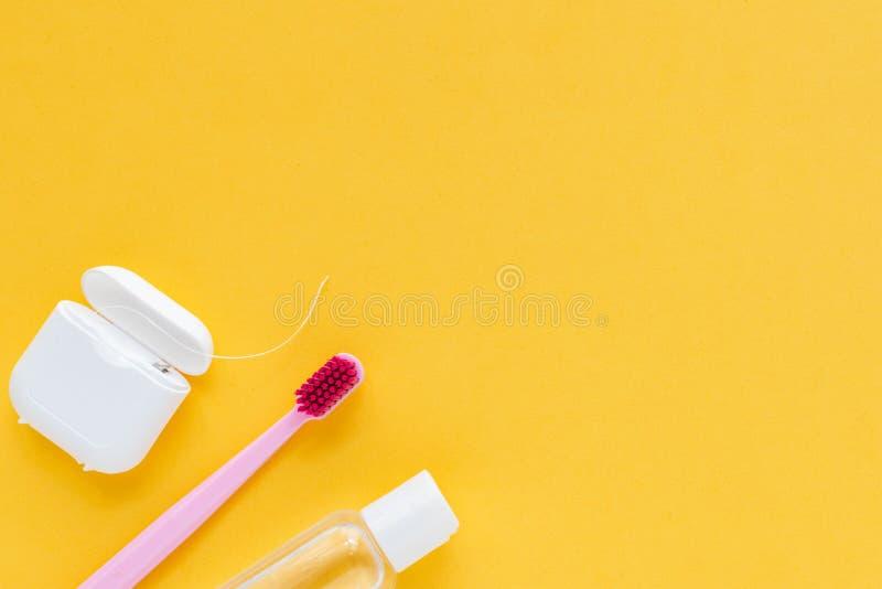 Igiene dentale - spazzolini da denti, filo per i denti, disposizione piana del colluttorio, vista superiore, spazio della copia,  fotografia stock