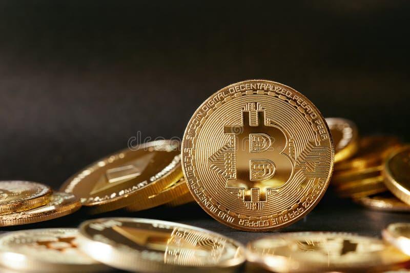 Igital-Währung Gold-Bitcoin-Münzen auf dunklem Hintergrund lizenzfreie stockfotos