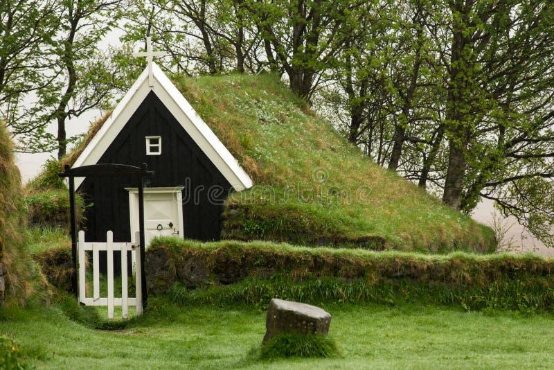 Iglesia abandonada del césped en Nupsstadur, Islandia fotografía de archivo