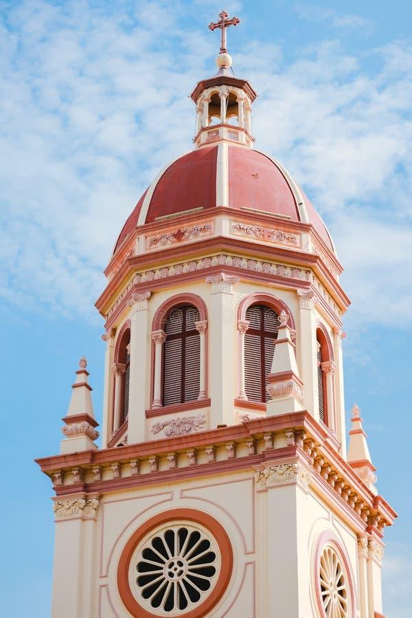 Iglesia anaranjada en fondo del cielo azul en Tailandia foto de archivo