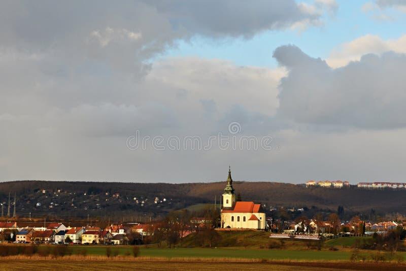 Iglesia antigua agradable Troubsko - Moravia del sur - República Checa Iglesia de la asunción fotos de archivo