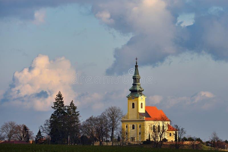 Iglesia antigua agradable Troubsko - Moravia del sur - República Checa Iglesia de la asunción fotografía de archivo