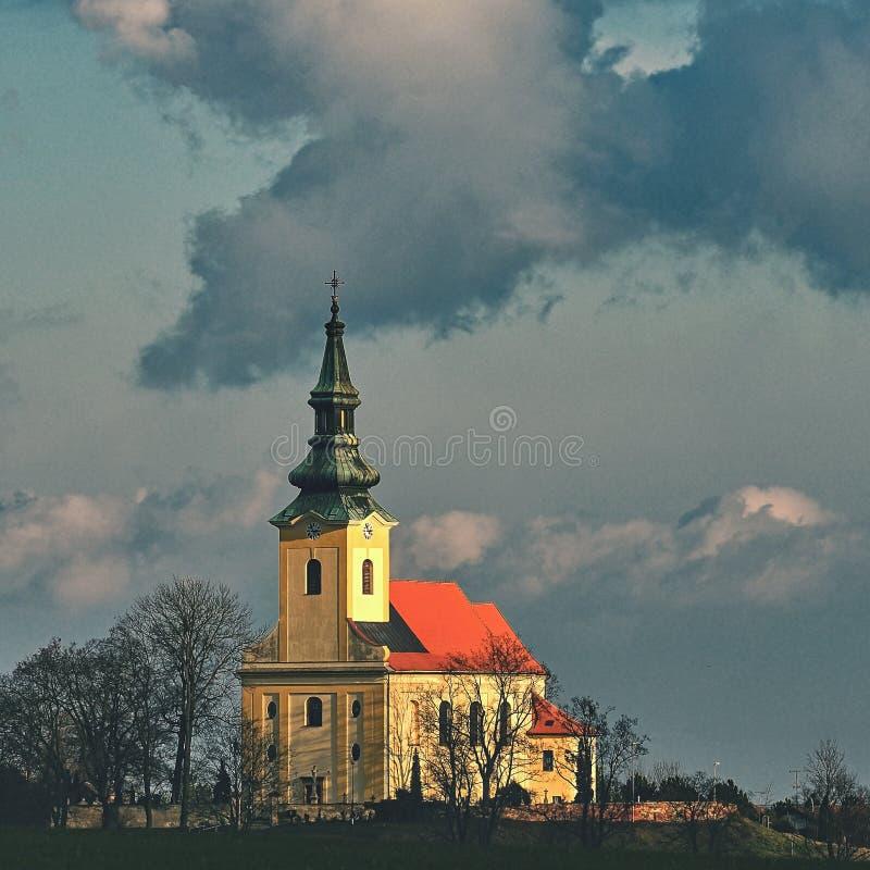 Iglesia antigua agradable Troubsko - Moravia del sur - República Checa Iglesia de la asunción fotos de archivo libres de regalías