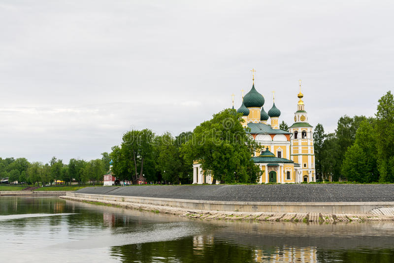 Iglesia antigua de Frol y de Lavr en la curva de Volga el río foto de archivo libre de regalías