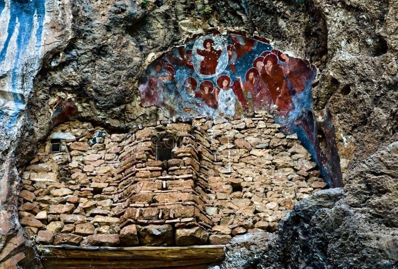 Iglesia antigua en la roca fotografía de archivo