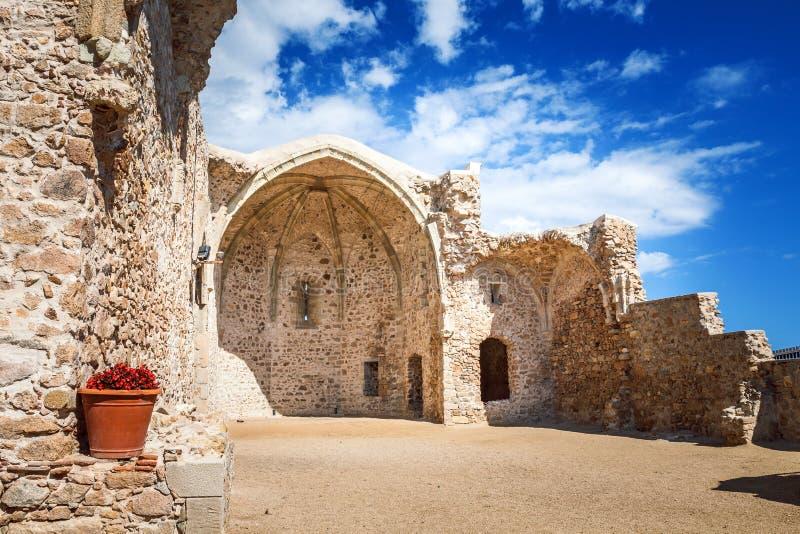 Iglesia arruinada antigua en el ` enceinte de Vila Vella del ` de la fortaleza de la ciudad vieja en Tossa de Mar, Costa Brava, C fotografía de archivo libre de regalías