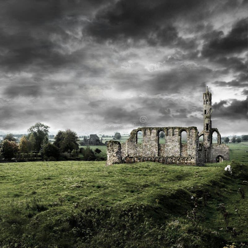 Iglesia arruinada bajo un cielo tempestuoso foto de archivo libre de regalías