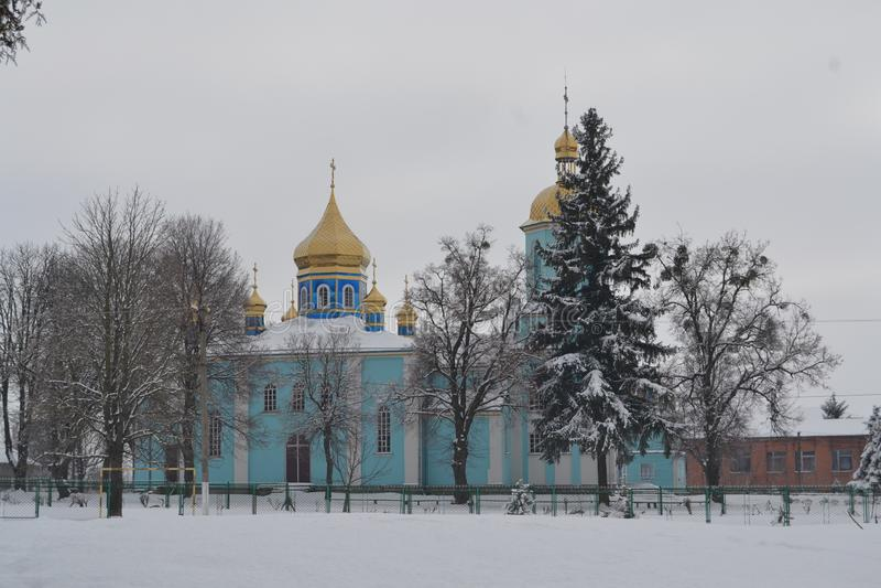 Iglesia azul con las bóvedas amarillas en invierno fotografía de archivo libre de regalías