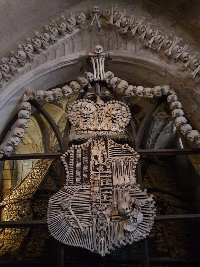 Iglesia barroca del arte antiguo en muerte de la estatua de los tejedores del telar del osario de Praga imágenes de archivo libres de regalías