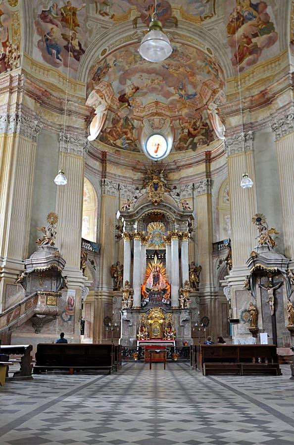 Iglesia barroca, pueblo Krtiny, República Checa, Europa foto de archivo