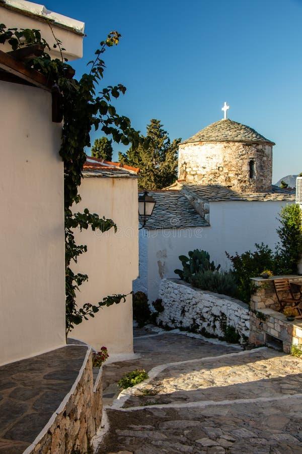 Iglesia Belces griega típica y cruz y mar en el fondo en el Mar Egeo y el Sporades en la isla griega de Alonissos imagen de archivo libre de regalías