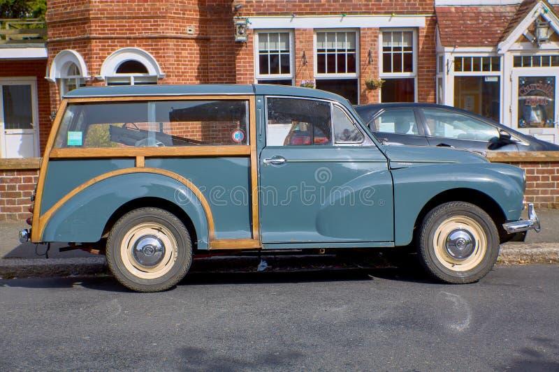 Iglesia Blacklands de Rist y coche de madera Morris Minor fotos de archivo libres de regalías