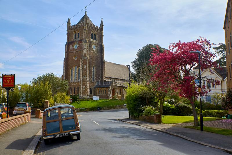 Iglesia Blacklands de Rist y coche de madera Morris Minor imagen de archivo