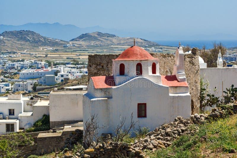 Iglesia blanca con el tejado rojo en la isla de Mykonos, Grecia imagen de archivo libre de regalías