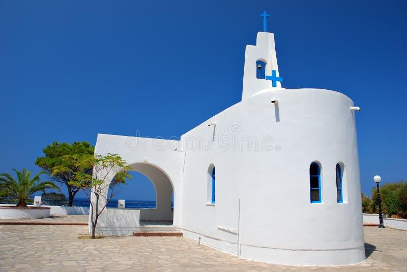Iglesia blanca en la playa. Isla de Samos, Grecia foto de archivo