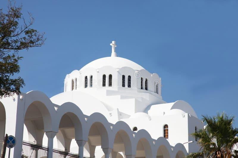 Iglesia blanca griega en la isla de Santorini fotos de archivo