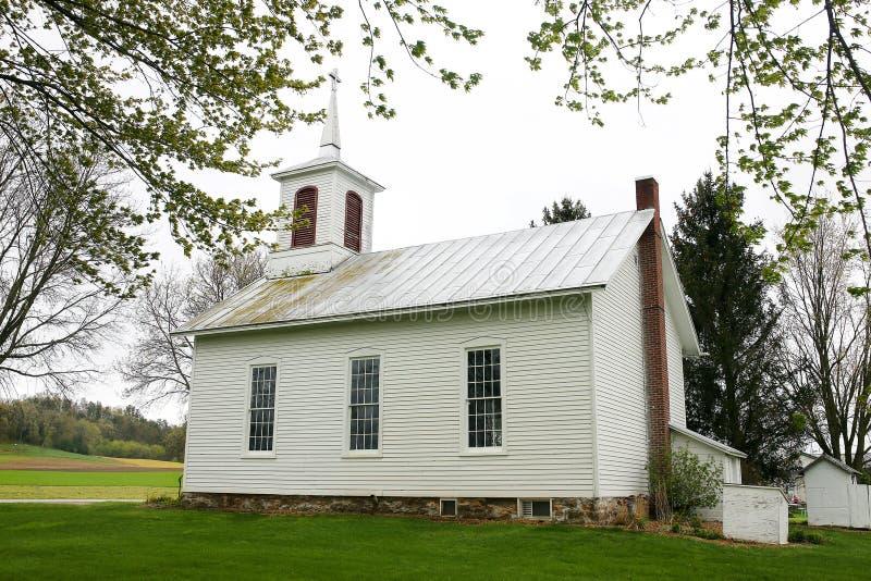 Iglesia blanca histórica de Pictureque pequeña que se sienta en campo foto de archivo libre de regalías