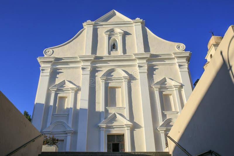 Iglesia blanca localizada en el orosei, Cerdeña foto de archivo