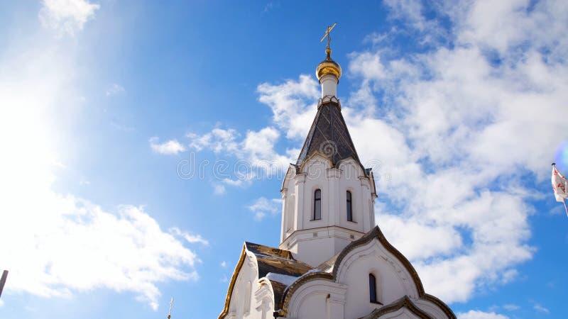 Iglesia blanca ortodoxa en fondo del cielo azul Cantidad com?n Tema religioso asociado a ortodoxia y a cristianismo imagen de archivo