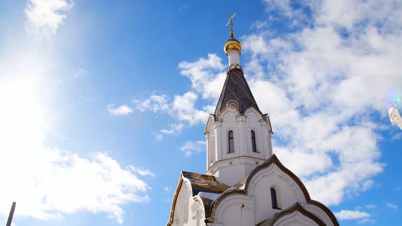 Iglesia blanca ortodoxa en fondo del cielo azul Cantidad com?n Tema religioso asociado a ortodoxia y a cristianismo fotografía de archivo