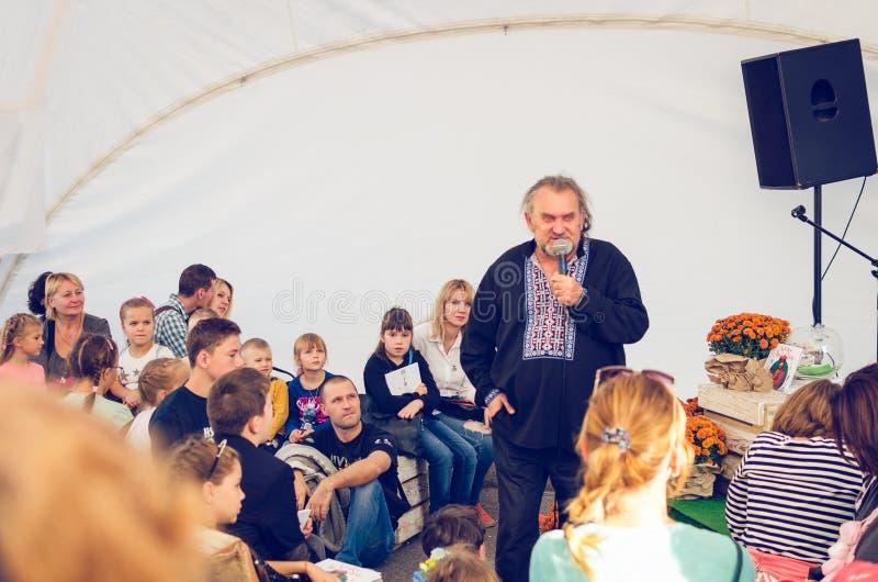 Iglesia blanca, Ucrania, el 16 de septiembre de 2017 La gente escucha una persona con un micrófono foto de archivo libre de regalías