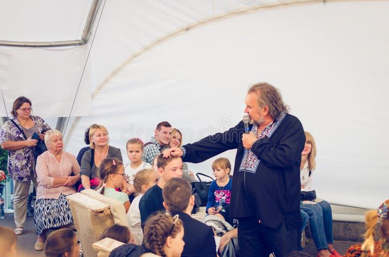 Iglesia blanca, Ucrania, el 16 de septiembre de 2017 La gente escucha una persona con un micrófono fotos de archivo
