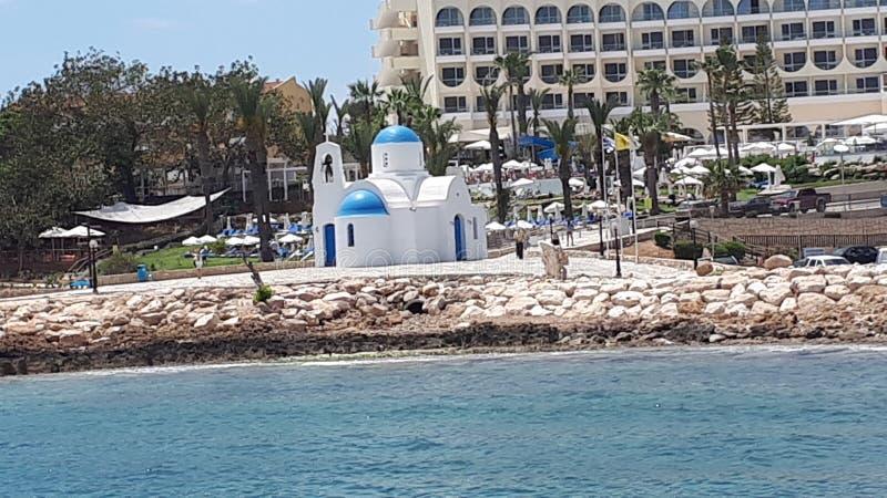 Iglesia bonita de la playa a lo largo de la orilla del mar en Chipre imágenes de archivo libres de regalías