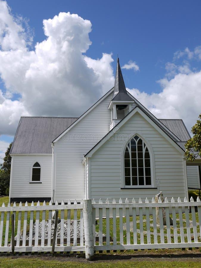 Iglesia: capilla de madera blanca histórica foto de archivo