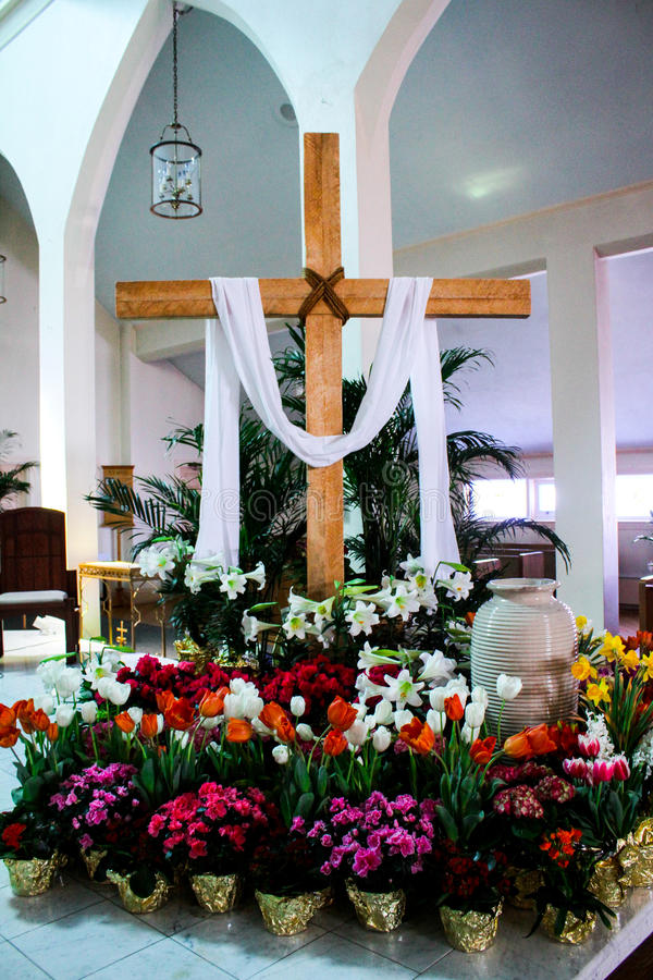 Iglesia católica adornada para Pascua fotografía de archivo