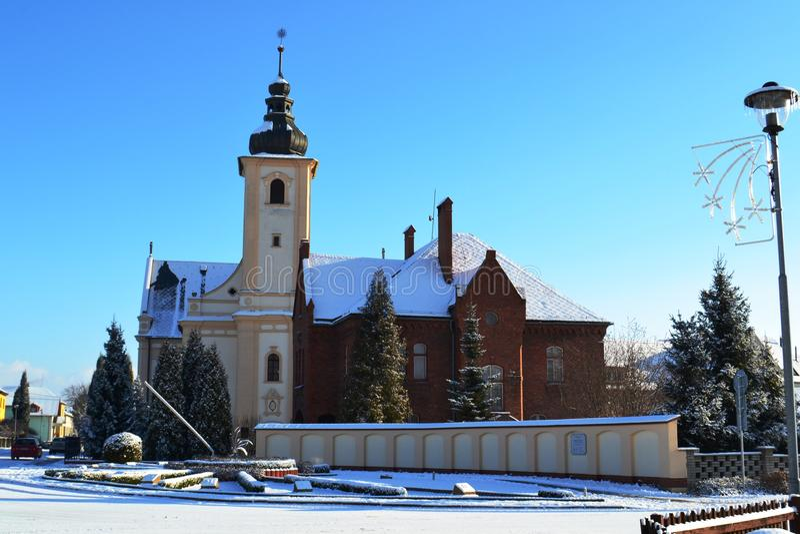 Iglesia católica con un reloj de Sun imagenes de archivo
