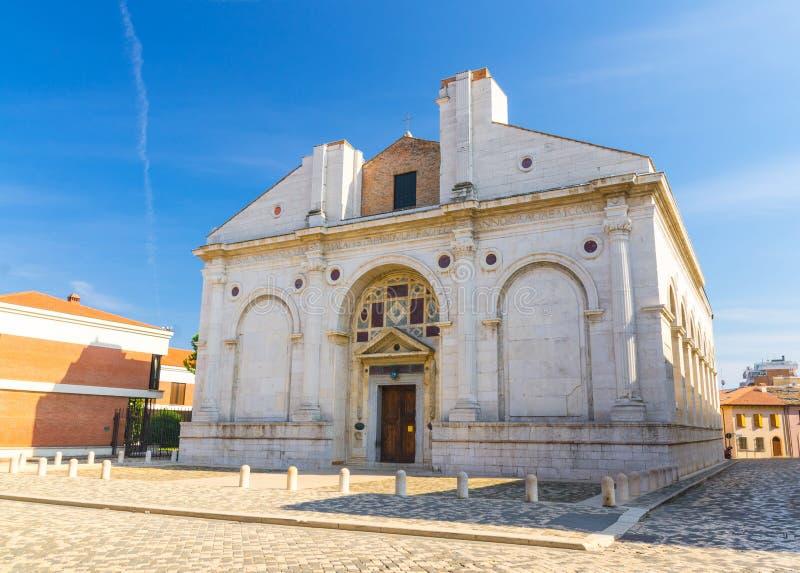 Iglesia católica de la catedral de Cattedrale Tempio Malatestiano del della de Tesoro en el viejo centro de ciudad turístico hist fotos de archivo libres de regalías