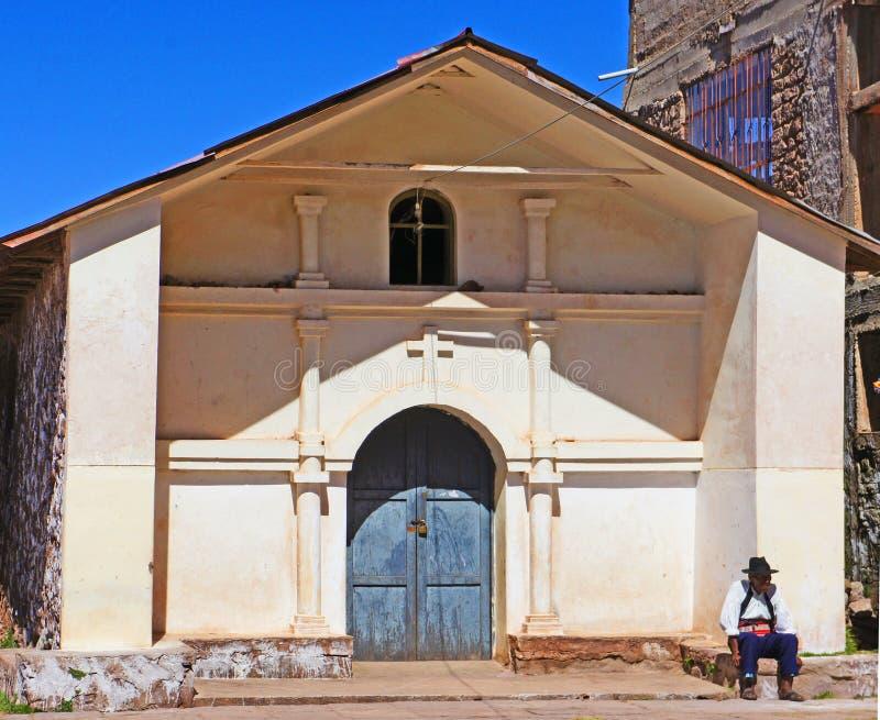 Iglesia católica en la isla de Taquile, el lago Titicaca, Perú fotografía de archivo libre de regalías