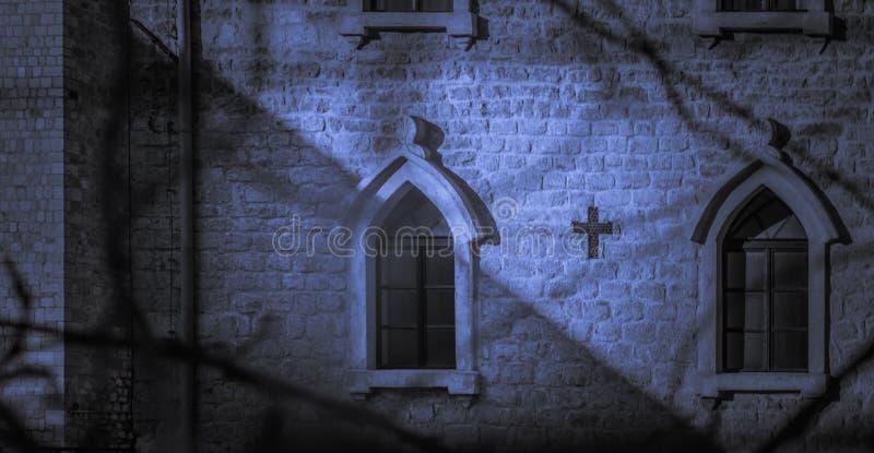 Iglesia católica en la noche, sombras del claro de luna fotos de archivo libres de regalías