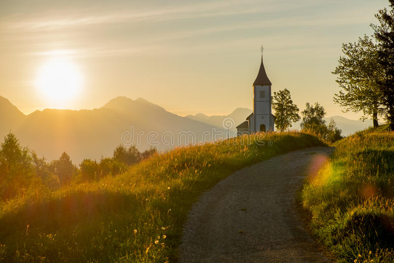 Iglesia católica en la salida del sol imagen de archivo
