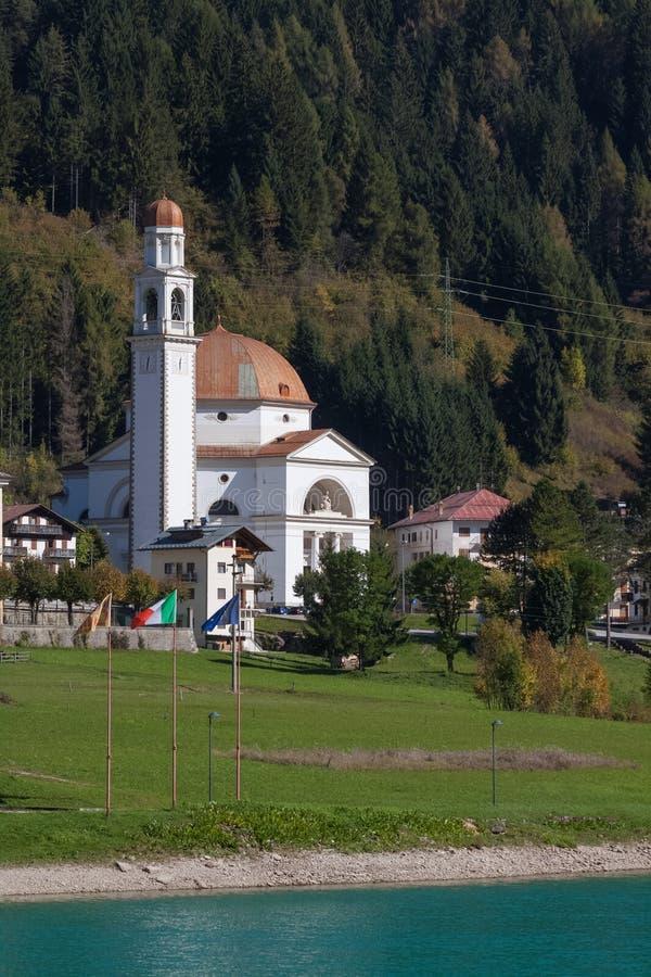 Iglesia católica San Lucano en Auronzo di Cadore Italia al aire libre fotografía de archivo libre de regalías