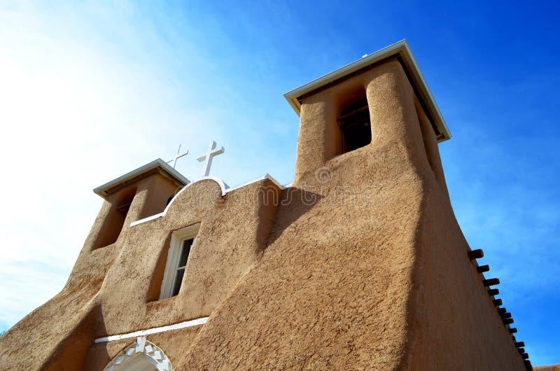 Iglesia católica Taos New México de la misión del sudoeste imagenes de archivo