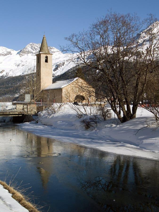 Iglesia cerca de un río congelado imagen de archivo libre de regalías