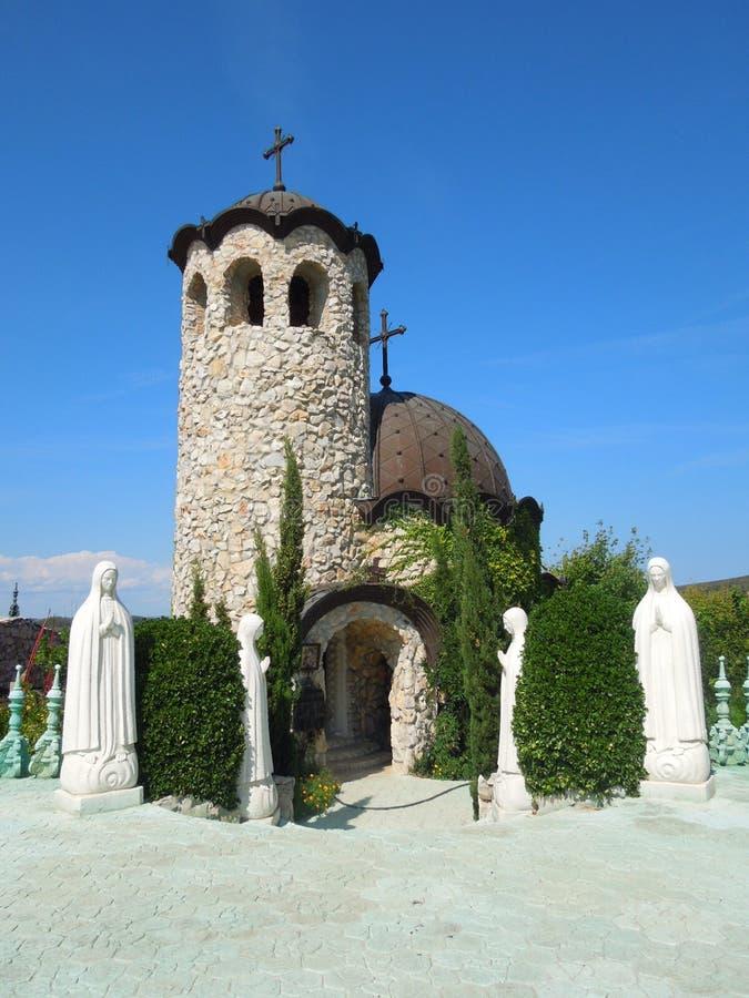 Iglesia cerca del castillo en Ravadinovo, Bulgaria fotos de archivo