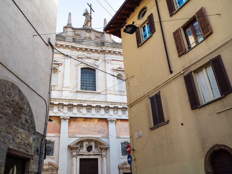 iglesia Chiesa di Sant Alessandro de la visión de la calle imagenes de archivo