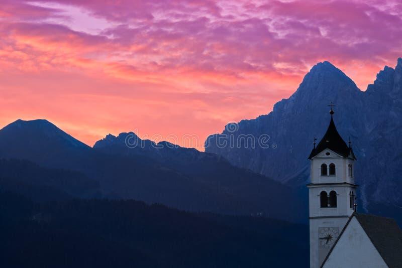 Iglesia Colle Santa Lucia en la salida del sol, montañas, Italia de las dolomías fotos de archivo