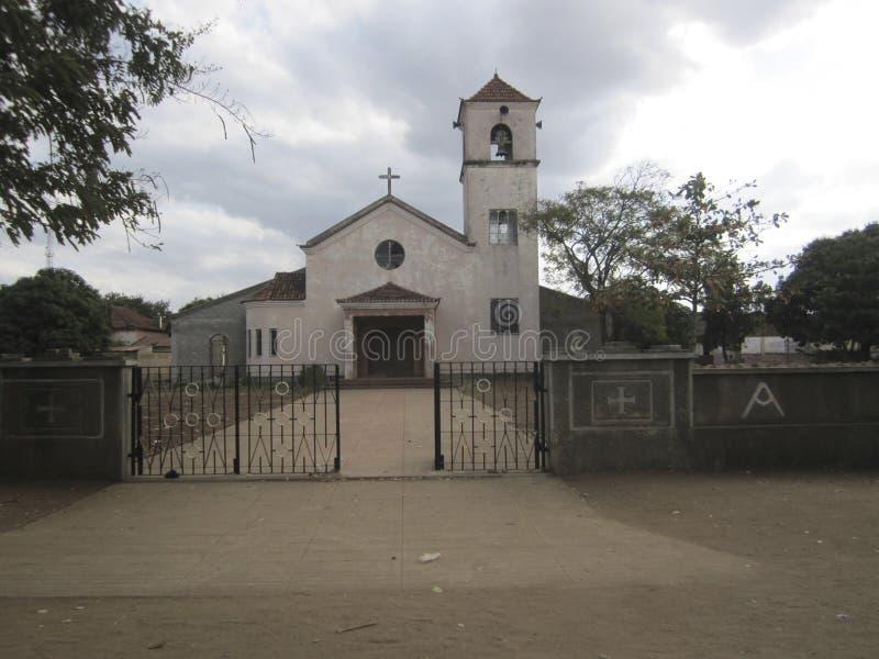 Iglesia colonial portuguesa en la carretera principal en Mozambique foto de archivo