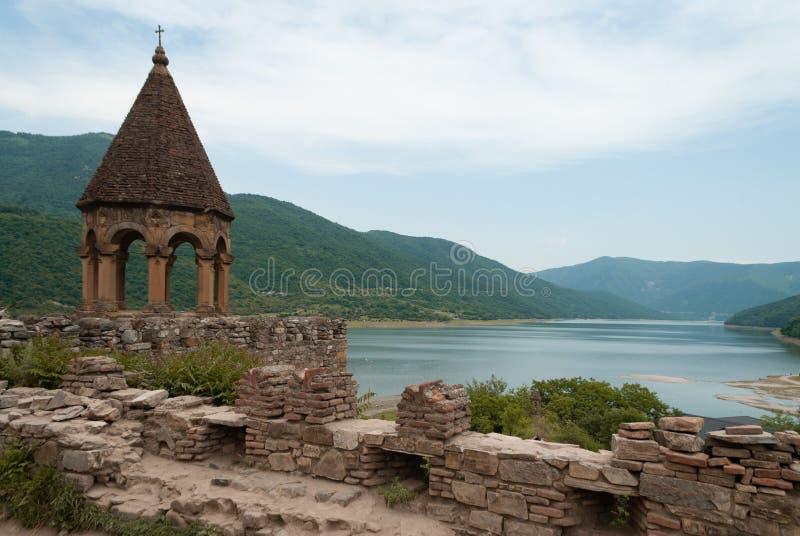 Iglesia compleja del primer de Ananuri en el río de Aragvi en Georgia, el Cáucaso, fotografía de archivo libre de regalías