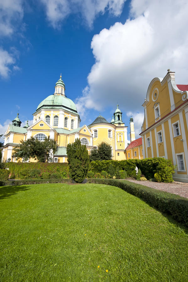 Iglesia con el jardín imagenes de archivo