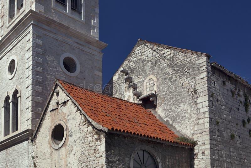 Iglesia con la escalera cerrada al cielo imagenes de archivo
