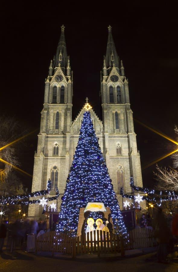 Iglesia con los mercados de la Navidad - noche de Ludmila del santo imágenes de archivo libres de regalías