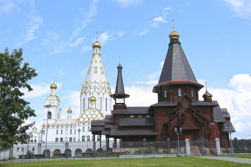 Iglesia conmemorativa de todos los santos en Minsk y iglesia de la trinidad de madera fotografía de archivo libre de regalías