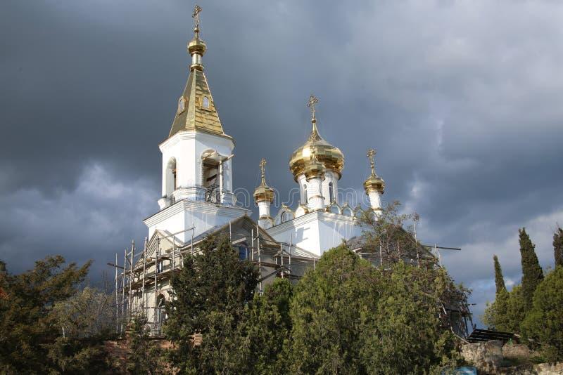 Iglesia contra el cielo restauración imagen de archivo libre de regalías