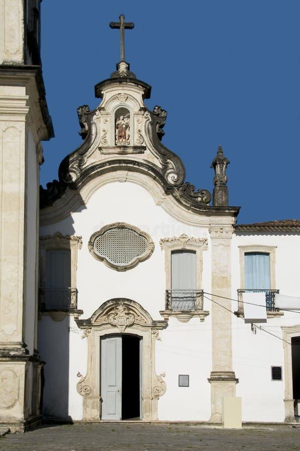 Iglesia contra un cielo azul fotografía de archivo